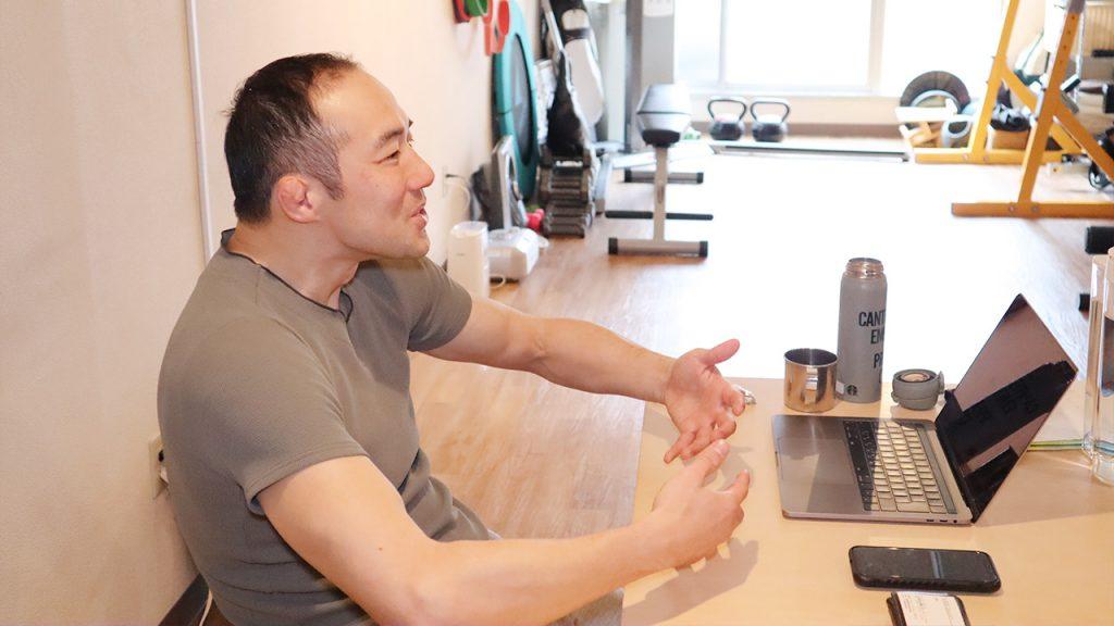 猫背を改善するストレッチ(筋トレ)とは|トレーナー 鈴木謙太郎2